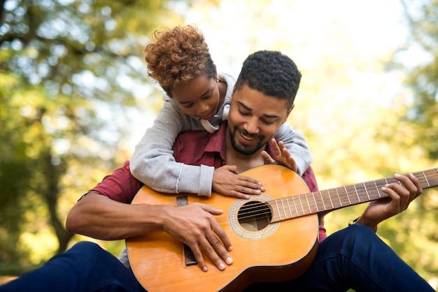 Ojciec I Córka Razem Grają Na Gitarze Darmowe Zdjęcia