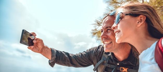 Ojciec i córka robi selfie z mądrze telefonem Premium Zdjęcia