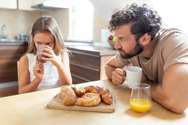 Ojciec I Córka Są Zdenerwowani Darmowe Zdjęcia