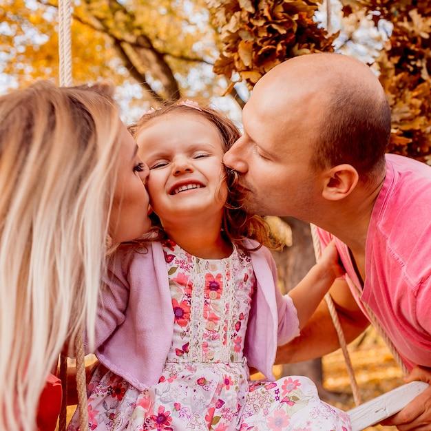 Ojciec I Matka Całują Córkę Premium Zdjęcia