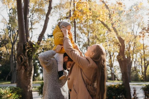 Ojciec I Matka Spędzają Czas Z Dzieckiem Na świeżym Powietrzu Darmowe Zdjęcia