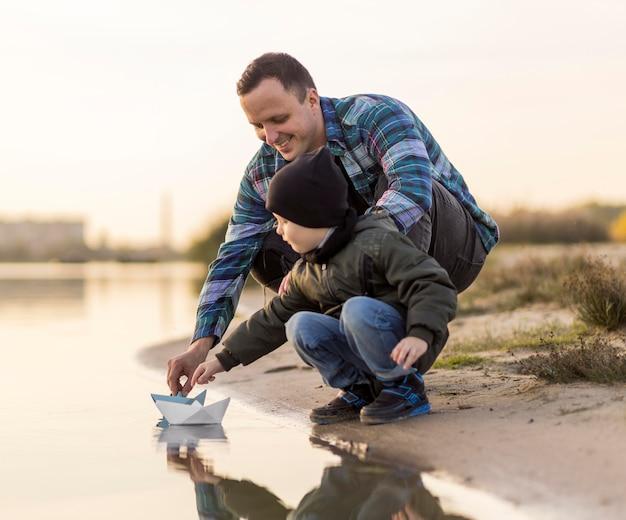 Ojciec I Syn Bawią Się łodzią Origami Darmowe Zdjęcia
