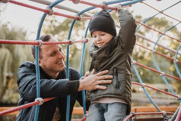 Ojciec I Syn Grają Razem Premium Zdjęcia