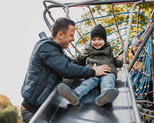 Ojciec I Syn Idą Na Zjeżdżalni Premium Zdjęcia