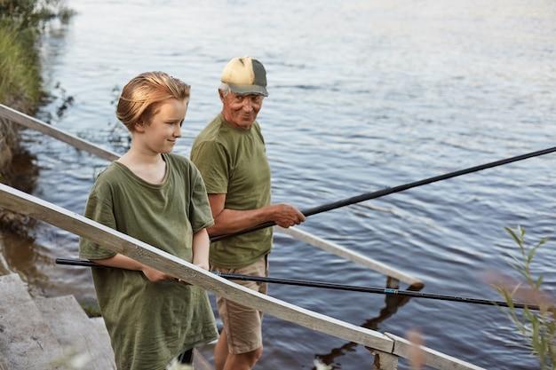 Ojciec I Syn, łowienie Ryb Na Drewnianych Schodach Prowadzących Do Wody Darmowe Zdjęcia