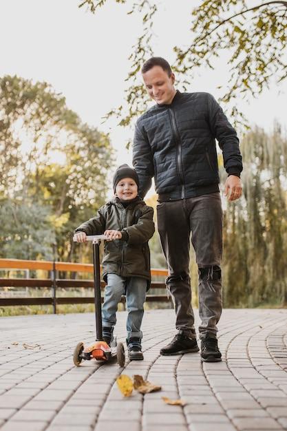 Ojciec I Syn Na Skuterze Dziecka Premium Zdjęcia