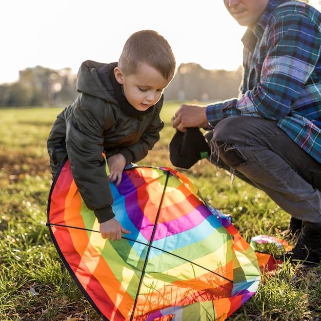 Ojciec I Syn Naprawiają Latawiec Darmowe Zdjęcia