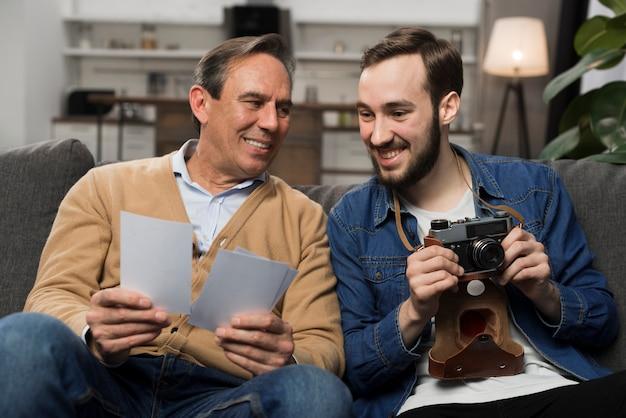 Ojciec I Syn, Patrząc Na Zdjęcia W Salonie Darmowe Zdjęcia