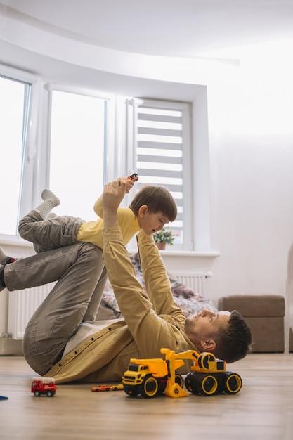 Ojciec I Syn Spędzają Razem Czas W Salonie Darmowe Zdjęcia