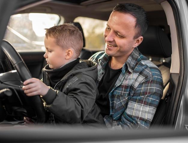 Ojciec I Syn W Samochodzie Premium Zdjęcia