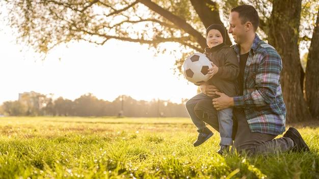 Ojciec I Syn Z Piłkarskim Długim Widokiem Darmowe Zdjęcia