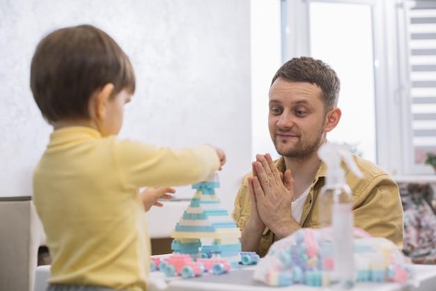 Ojciec Koncentruje Się Na Zabawkach Syna Darmowe Zdjęcia