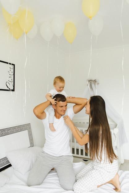 Ojciec, matka i ich mały syn bawią się o pierwszej w nocy Darmowe Zdjęcia