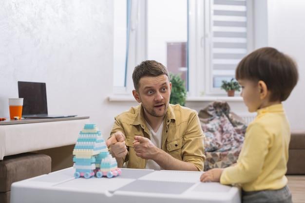 Ojciec Pokazuje Swojemu Synowi Zabawkę Darmowe Zdjęcia