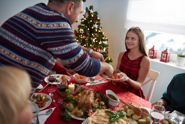 Ojciec Pomaga Córce W Wigilię Bożego Narodzenia Darmowe Zdjęcia