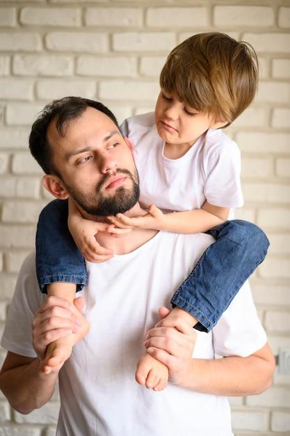Ojciec Trzymający Dziecko Na Ramionach Darmowe Zdjęcia