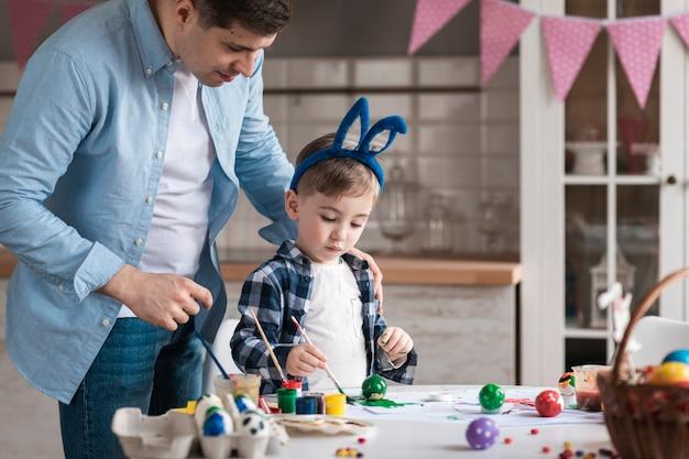 Ojciec Uczy Małego Chłopca, Jak Malować Jajka Na Wielkanoc Darmowe Zdjęcia
