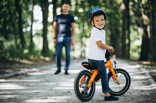 Ojciec uczy syna do jazdy na rowerze Darmowe Zdjęcia
