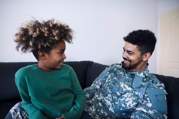 Ojciec W Mundurze Wojskowym I Córka Rozmawiająca Po Długim Czasie Nie Widzieli Darmowe Zdjęcia