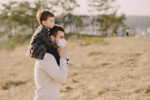 Ojciec Z Małym Synem W Maskach Darmowe Zdjęcia