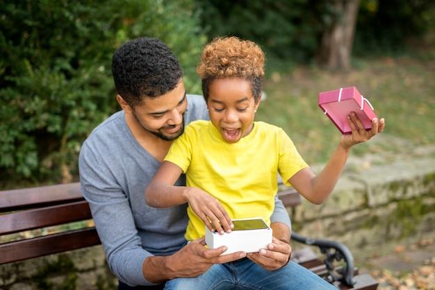 Ojciec Zaskakuje Swoją Małą Dziewczynkę Nowym Telefonem Komórkowym Darmowe Zdjęcia