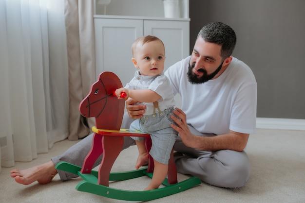 Ojcuje bawić się z jego dziecko synem w pokoju. Darmowe Zdjęcia