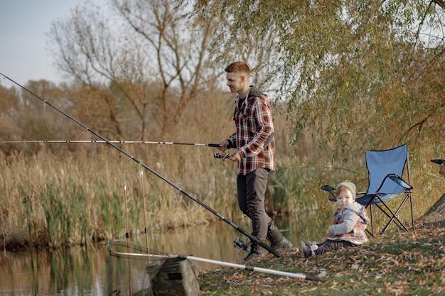Ojcuje Z Małym Synem Blisko Rzeki W Rannym Połowie Darmowe Zdjęcia