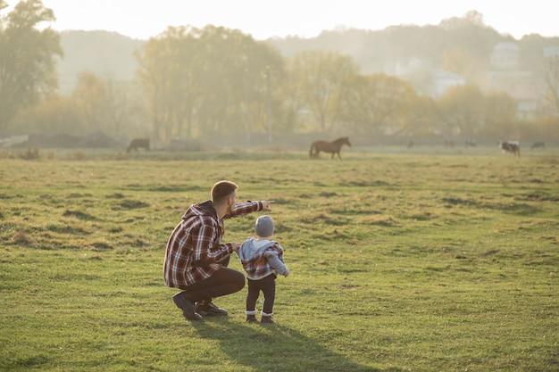 Ojcuje Z Małym Synem Chodzi W Ranku Polu Darmowe Zdjęcia