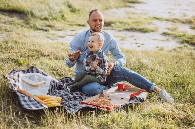 Ojcuje z synem ma pinkin w parku Darmowe Zdjęcia