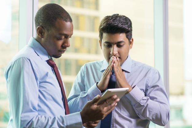 Okaleczający Modlenie Biznesmena Czytelniczy Email Na Pastylka Komputerze Darmowe Zdjęcia