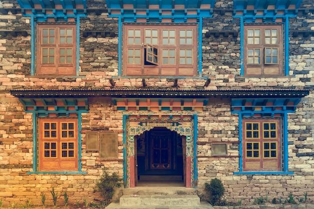Okna I Drzwi W Stylu Nepalu W Starym Murem Premium Zdjęcia