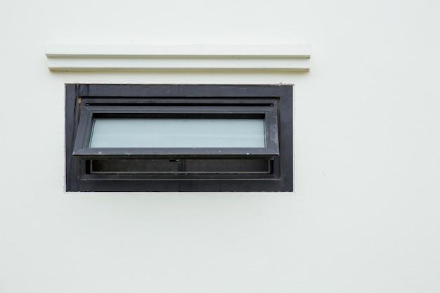 Okna Markizy Otwierają Nowoczesne Domowe Aluminiowe Okna Wentylacyjne Z Nawiewem I Zapachem Powietrza W Toalecie Premium Zdjęcia