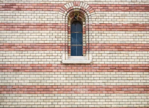 Okno na fasadzie kamienna ściana Premium Zdjęcia