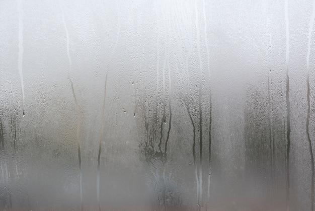 Okno z kondensatem lub parą po ulewnym deszczu, dużej teksturze lub tle Premium Zdjęcia