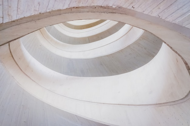 Okrągła konstrukcja betonowa, abstrakcyjne tło geometrii jasnych i jasnych tonów. Premium Zdjęcia