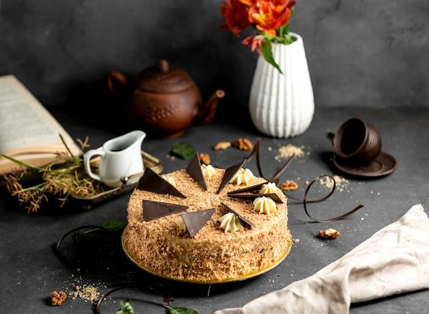 Okrągłe Ciasto Pokryte Kruszonką Zwieńczone Kawałkami Czekolady Darmowe Zdjęcia