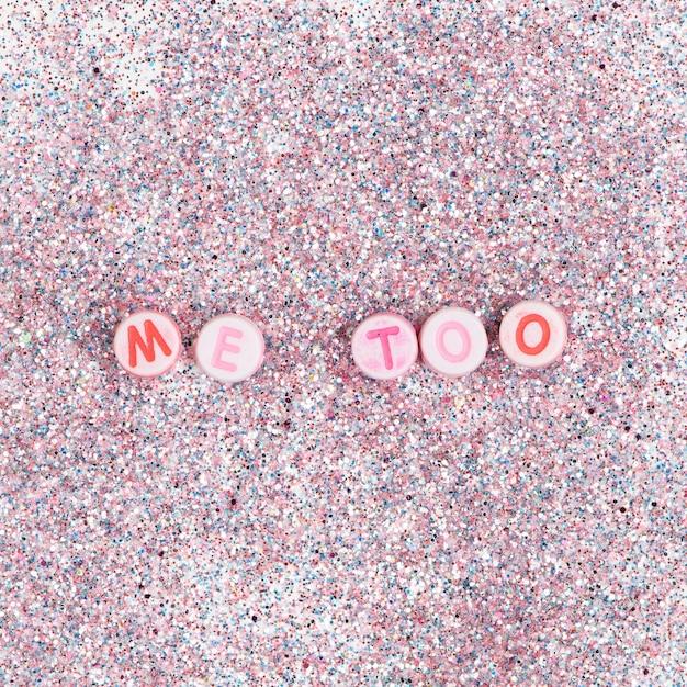 Okrągłe Koraliki Me Too Napis Typografia Na Pastelowym Brokacie Darmowe Zdjęcia