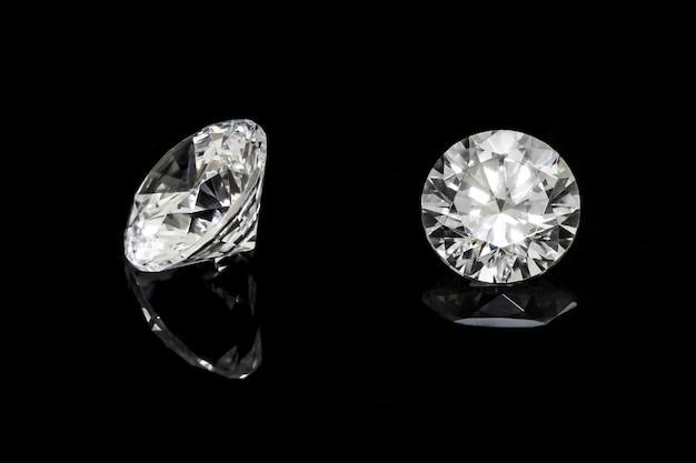 Okrągły diament umieszczony na podłodze z pięknym odbiciem. Premium Zdjęcia