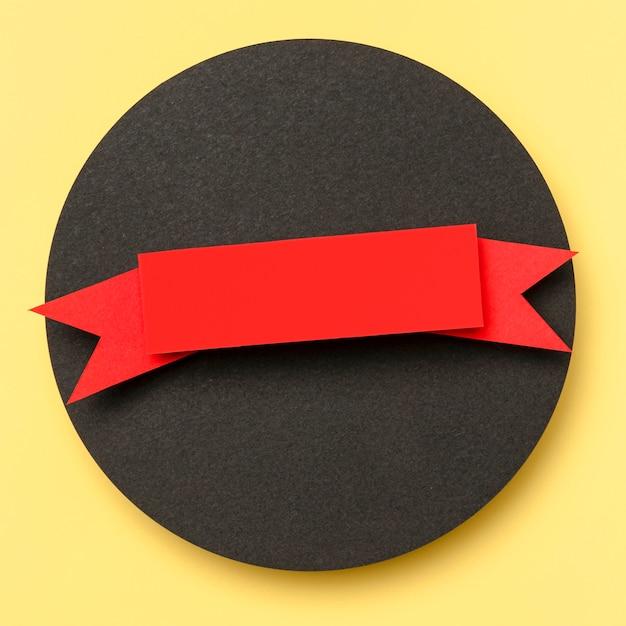 Okrągły Kształt Geometryczny Z Czarnego Papieru Na żółtym Tle Darmowe Zdjęcia