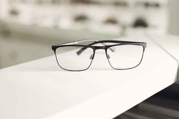 Okulary Białe Tło. Prosto Na Widoku. Zdjęcie Reklamowe Okrągłych Metalowych Okularów. Koncepcja Optyczna Mody Darmowe Zdjęcia