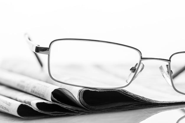 Okulary Leżą Na Gazetach Premium Zdjęcia