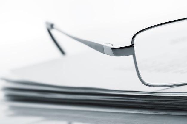 Okulary Na Gazecie Premium Zdjęcia