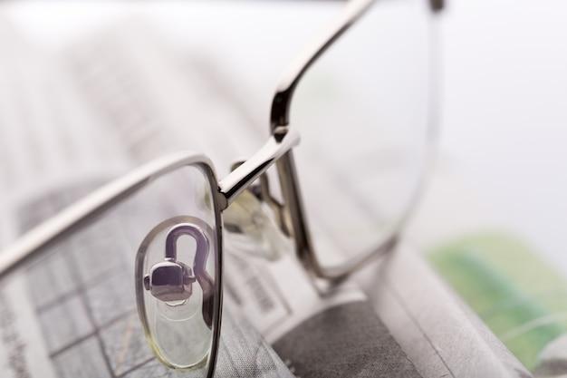 Okulary Na Widok Zbliżenie Gazety Premium Zdjęcia