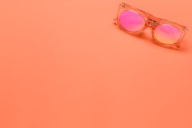 Okulary przeciwsłoneczne na różowej powierzchni Darmowe Zdjęcia