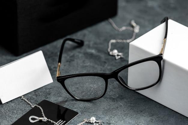 Okulary Przeciwsłoneczne Z Widokiem Z Przodu Na Szarym Biurku Ze Srebrnymi Bransoletkami Odizolowały Wzrok Darmowe Zdjęcia
