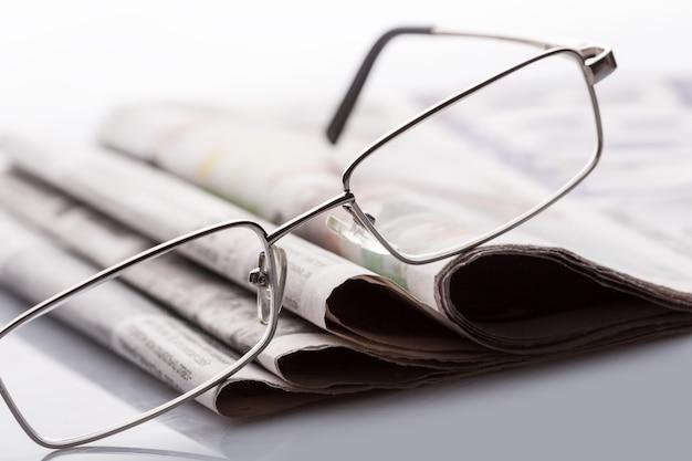 Okulary W Gazetach Premium Zdjęcia