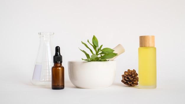 Olej Aromaterapeutyczny Z Zaprawą I Naturalnym Zielonym Liściem. Aromat Skóry Uroda Koncepcja Produktu Spa. Premium Zdjęcia