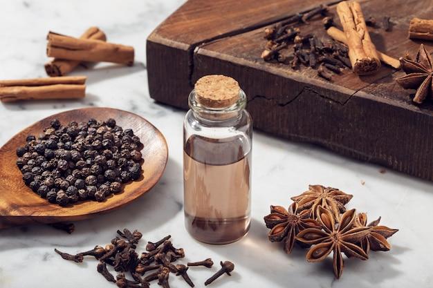 Olejek eteryczny z nasion aromatycznych na szklanej butelce Premium Zdjęcia