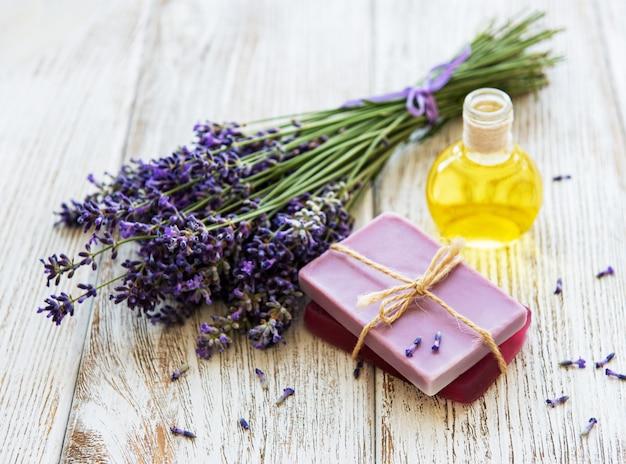 Olejek Lawendowy I Kwiaty Lawendy Premium Zdjęcia