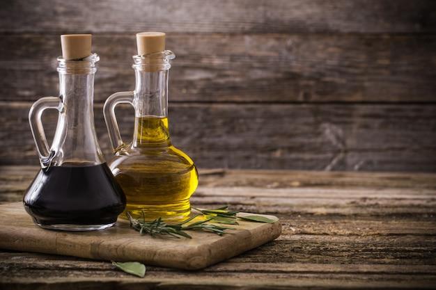 Oliwa Z Oliwek I Balsamiczny Ocet Na Drewnianym Tle Premium Zdjęcia
